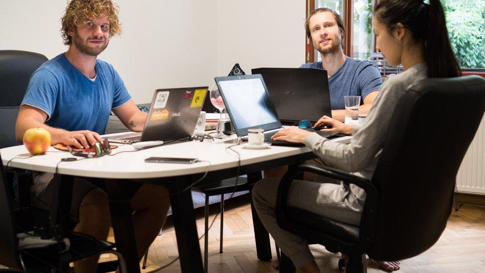 Zespół pracujący w coworku gotowy do spotkania online