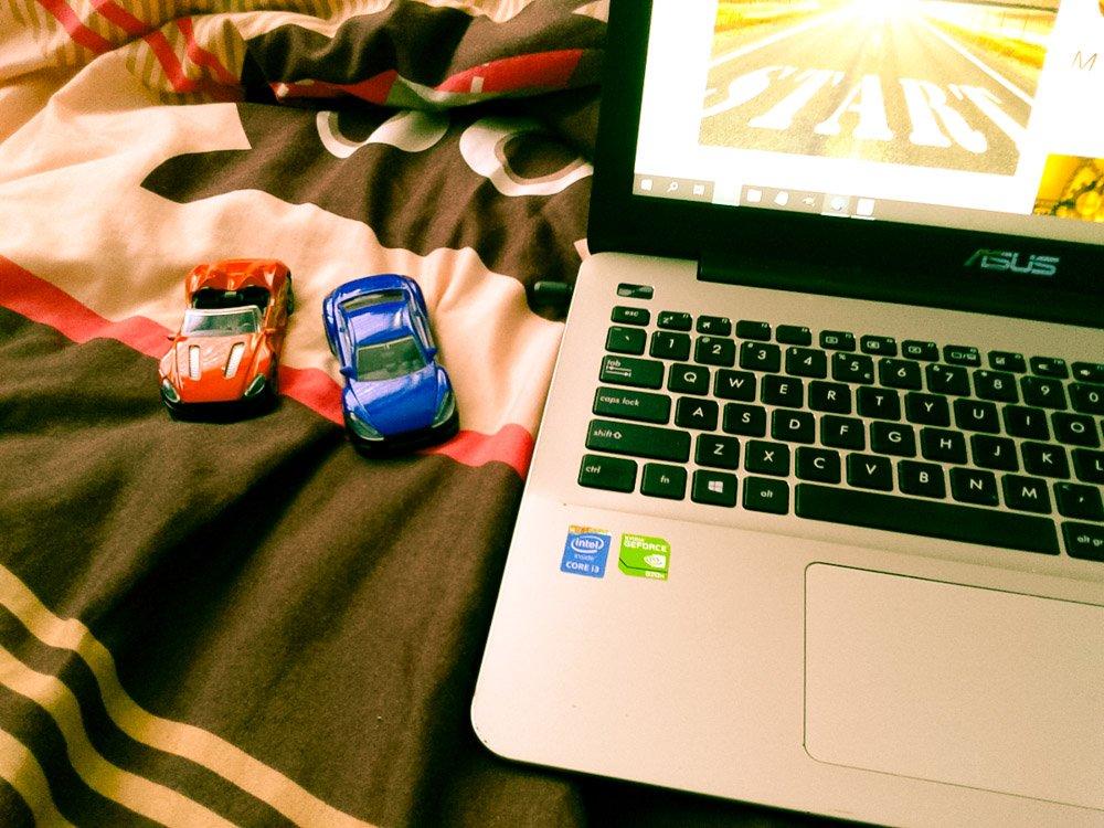 Laptop do pracy zdalnej i rzeczy dziecka